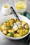 Geroosterde Spruitjes met pinda's en witte saus, heerlijke vegetarische lunch Gezond, natuurvoeding, groente versier royalty-vrije stock foto's