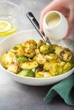 Geroosterde Spruitjes met pinda's en witte saus, heerlijke vegetarische lunch Gezond, natuurvoeding, groente versier royalty-vrije stock afbeeldingen