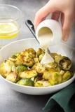 Geroosterde Spruitjes met pinda's en witte saus, heerlijke vegetarische lunch Gezond, natuurvoeding, groente versier royalty-vrije stock fotografie