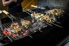 Geroosterde stukken van heerlijk achterdeelrundvlees over vlammen stock fotografie