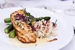 Geroosterde tonijn met aspergespears en rijst Royalty-vrije Stock Foto's