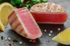 Geroosterde tonijn met peper, citroen en salade Stock Afbeeldingen
