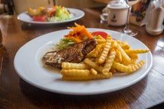 Geroosterde Varkenskoteletten met Aardappel en Salade Litouwse Keuken en Voedsel Royalty-vrije Stock Foto's