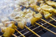 Geroosterde varkensvlees satay en zoete kruiden met Thailand& x27; s het voedsel is zeer populair in Thailand geweest Stock Foto's