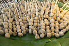 Geroosterde varkensvleesballen op het weefsel van de bamboemand Geroosterde varkensvleesballen op banaanbladeren Royalty-vrije Stock Foto