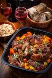 Geroosterde varkensvleesbuik op groenten met zuurkool royalty-vrije stock afbeelding