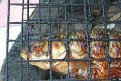 Geroosterde vissen bij de houtskoolgrill stock afbeelding