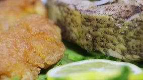 Geroosterde vissen en Vissenkuiten op bladeren van sla stock video