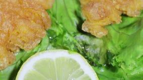 Geroosterde vissen en Vissenkuiten op bladeren van sla stock videobeelden