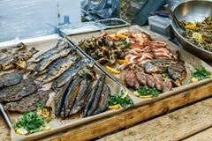 Geroosterde vissen, garnalen, mosselen en zeevruchten, citroen, basilicum Straatvoedsel Royalty-vrije Stock Fotografie