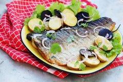 Geroosterde vissen met bieten stock afbeeldingen