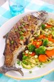 Geroosterde vissen met groenten royalty-vrije stock afbeeldingen