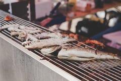 Geroosterde vissen op de grill bij de markt van het straatvoedsel, selectieve nadruk Royalty-vrije Stock Foto