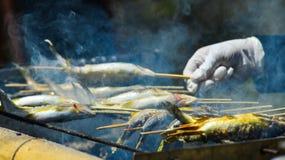 Geroosterde vissen op fornuis bij straatmarkt royalty-vrije stock fotografie