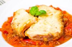 Geroosterde vissen in tomatenmarinade met wortelen en Spaanse peper Stock Fotografie