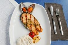 Geroosterde vissen, zalmlapje vlees Stock Afbeeldingen