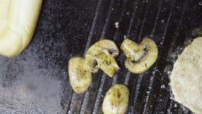 geroosterde vlees en groentenpaddestoelen stock videobeelden