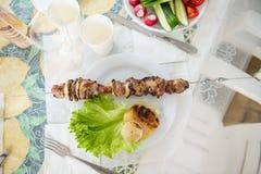 Geroosterde vlees en ui op lijst met groenten Royalty-vrije Stock Afbeelding