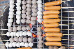 Geroosterde Vleesballetjes, Geroosterde bal op houtskoolbrand stock afbeeldingen