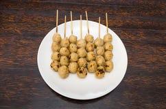 Geroosterde vleesballetjes in witte schotel Stock Afbeelding