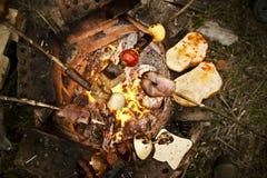 Geroosterde vleespen met maaltijd en groenten. Stock Afbeelding
