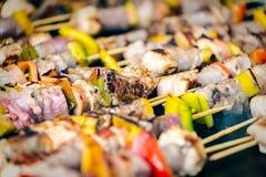 Geroosterde vleespennen van verschillende vlees en groenten op een hete grill Stock Afbeelding