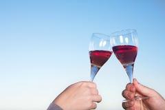 Geroosterde wijnglazen stock foto