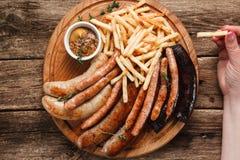 Geroosterde worsten die op houten lijst, vet voedsel worden gediend royalty-vrije stock foto