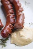 Geroosterde worsten en mosterd stock afbeelding