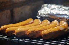 Geroosterde worsten op een grill braadworst dichte omhooggaand Royalty-vrije Stock Foto's