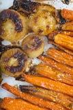 Geroosterde wortelen en uien Royalty-vrije Stock Foto