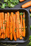 Geroosterde wortelen met peterselie Stock Fotografie