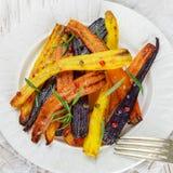 Geroosterde wortelen met rozemarijn, ruwe overzees zout en peper Stock Afbeelding