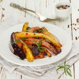 Geroosterde wortelen met rozemarijn, ruwe overzees zout en peper Royalty-vrije Stock Foto's