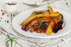 Geroosterde wortelen met rozemarijn, ruwe overzees zout en peper Stock Foto's