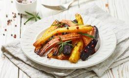 Geroosterde wortelen met rozemarijn, ruwe overzees zout en peper Stock Afbeeldingen