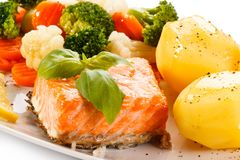 Geroosterde zalm, gekookte aardappels en groenten Stock Afbeeldingen