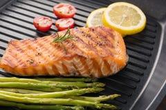 Geroosterde zalm gekookte BBQ op een pan op houten achtergrond Stock Afbeelding