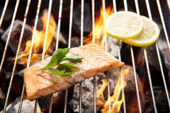 Geroosterde zalm met citroen op de vlammende grill royalty-vrije stock afbeeldingen