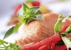 Geroosterde zalmfilet en salade stock foto