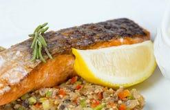 Geroosterde zalmfilet met groenten en citroen Royalty-vrije Stock Afbeeldingen