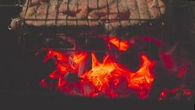 Geroosterde zalmlapjes vlees op het vlammen royalty-vrije stock foto's
