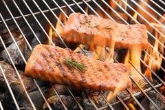 Geroosterde zalmlapjes vlees op het vlammen stock foto