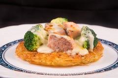 Geroosterde Zalmrosti met groenten en bechamel en hollandaise Stock Foto's