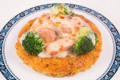 Geroosterde Zalmrosti met groenten en bechamel en hollandaise Royalty-vrije Stock Afbeelding