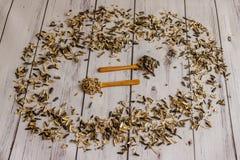 Geroosterde zonnebloem en zonnebloem op houten lepels met schillenarou Stock Afbeeldingen