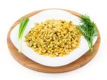 Gerstenbrei in einer Platte mit Gemüse, Dill und Frühlingszwiebel, selektiver Fokus Lizenzfreies Stockbild