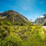 Gertrude Valley Lookout com as montanhas neve-tampadas em Nova Zelândia fotografia de stock royalty free