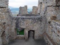 Geruïneerd binnenland van Spis-kasteel, Slowakije stock foto's