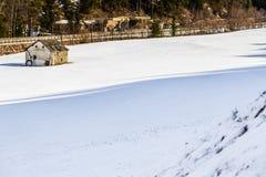 geruïneerd chalet in sneeuwvlakte stock afbeeldingen